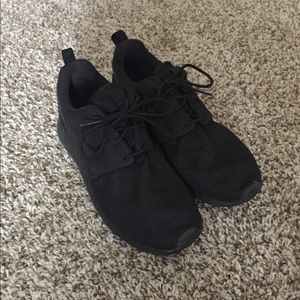Size 7.5 Nike all Black Roshe's